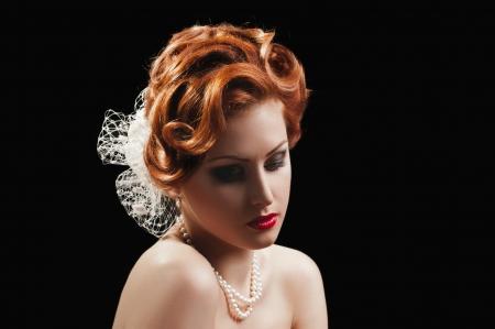 labios sexy: retrato de la hermosa chica pelirroja en negro
