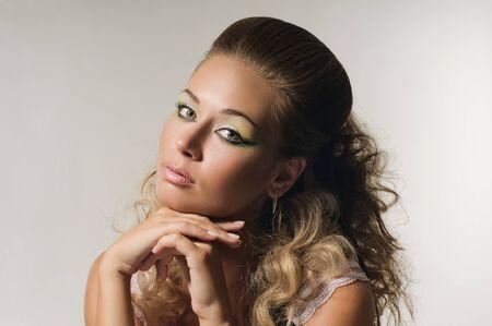 labios sexy: retrato de la hermosa chica rubia oxigenada con peinado sobre fondo gris Foto de archivo
