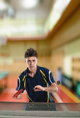 tischtennis: junger Mann Tennisspieler im Spiel auf Chroma-Key- Lizenzfreie Bilder