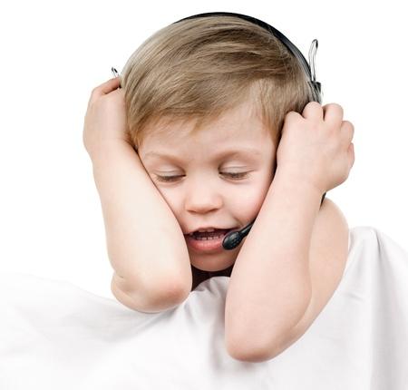 eyes closing: feliz cierre los ojos del muchacho con los auriculares en el fondo blanco Foto de archivo