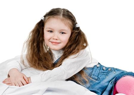 five years old: ritratto di bambina di cinque anni su bianco