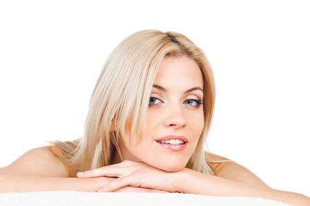 jolie fille: Portrait de femme blonde sexy sur l'oreiller. Banque d'images