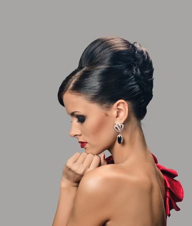 Belle Femme Avec Une Peau Bronzée Sombre Et Cheveux Noirs En Coiffure De Mode Et De Boucles Doreilles