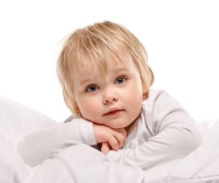 familias felices: Retrato de la niña en la cama con el fondo blanco