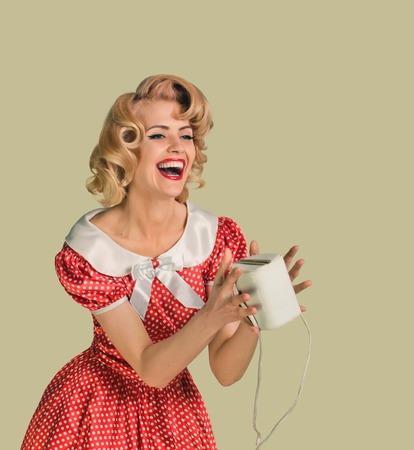 ecstasy: joven y bella mujer cauc�sica posando con el bolso, en �xtasis, m�s sucio fondo amarillo, estilo retro, pin up Foto de archivo