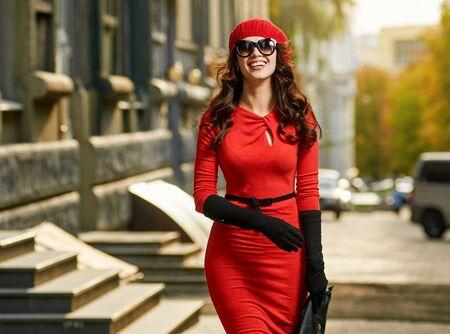Giovane bella donna in strada sole autunnale. città all'aperto