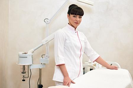 Retrato de un gabinete de interior joven médico cosmetólogo trabajador Foto de archivo