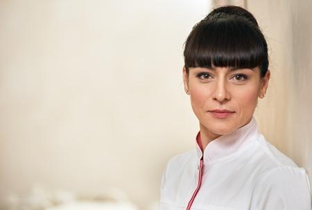 Retrato de un gabinete de interior joven médico cosmetólogo trabajador