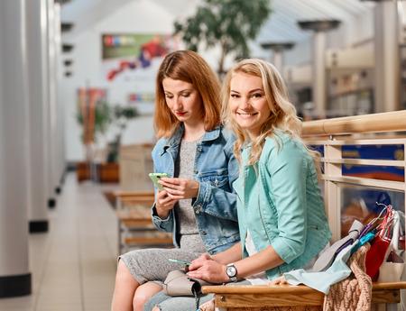 compras compulsivas: two women at the mall Foto de archivo