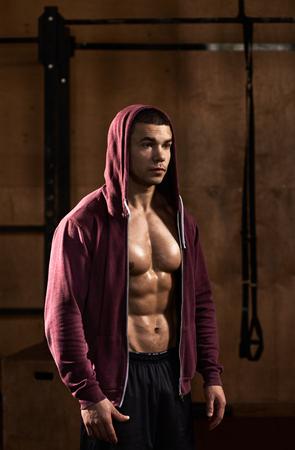 sudadera: Strong athlete in sweatshirt