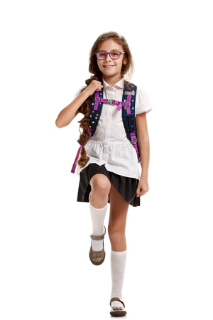 niños saliendo de la escuela: Colegiala, bolsa, marchar