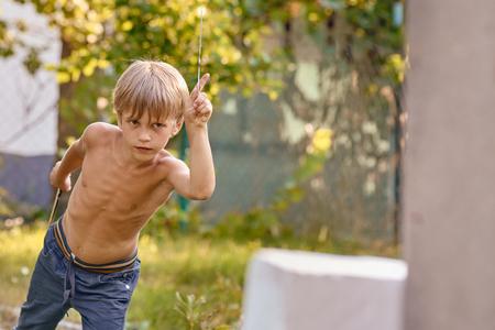 kleiner Junge mit Kunai Standard-Bild