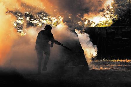 Jugador de Lasertag en humo Foto de archivo