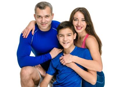 Ritratto di famiglia sportivo felice su sfondo bianco Archivio Fotografico