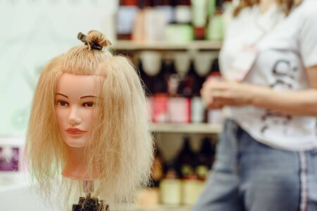 Mannequins head with modern hairstyle during beauty industry contest Zdjęcie Seryjne