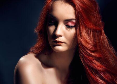 Retrato romántico de joven bella mujer con pelo largo y rizado