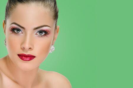 Femme sexy avec des lèvres rouges sur fond couleur vert émeraude Banque d'images