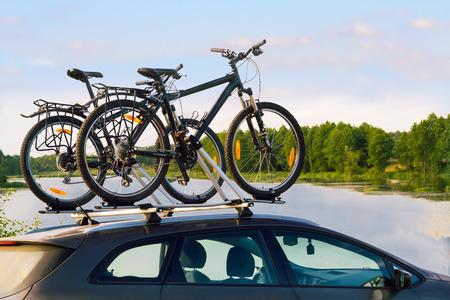森湖付近の車の上に自転車に乗る。