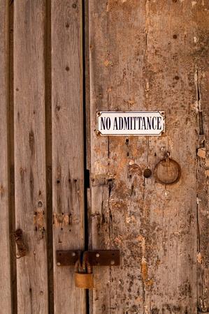 no correr: Grunge No hay se�ales de Admisi�n antigua puerta de madera cerrada con candado en Mdina, Malta