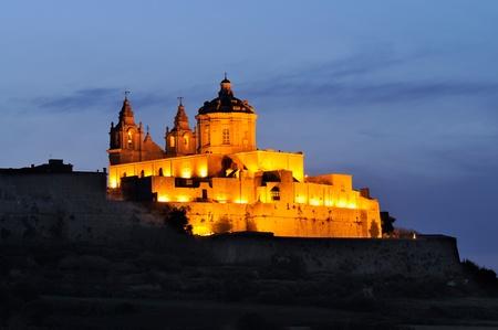 Nachtaufnahme von Mdina, der auch als stille Stadt bekannt, und Malta Standard-Bild - 11695727