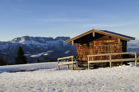 alpine hut: Refugio alpino en el nevado paisaje de invierno, los Alpes de Bavaria, Alemania.
