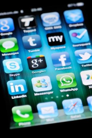 Münster, Deutschland - 25. August 2011: Eine Nahaufnahme von einem Apple iPhone 4 Display zeigt verschiedene Social-Media-Anwendungen, einschließlich Skype, Google +, Facebook, Twitter, LinkedIn, MySpace, Tumblr, viereckig, und Messenger. Standard-Bild - 12147680