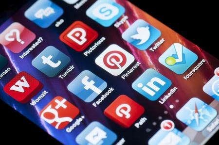 Münster, Deutschland - 16. März 2012 Eine Nahaufnahme von einem Apple iPhone 4 Bildschirm, der den App Store und verschiedene Social-Media-Anwendungen, darunter Google, Facebook, Pinterest, Twitter, LinkedIn und Foursquare Standard-Bild - 13021901