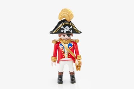 sombrero pirata: Muenster, Alemania - 8 de noviembre de 2011: Playmobil Piratas del capitán sobre fondo blanco. Playmobil son juguetes famosos de construcción fabricados por el Grupo Brandstaetter, con sede en Zirndorf, Alemania. Editorial