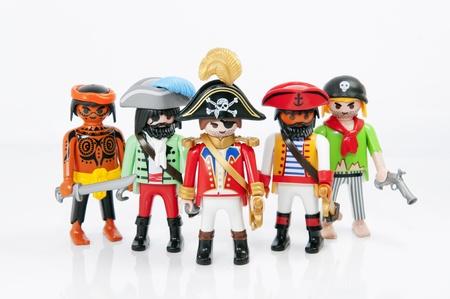 Muenster, Alemania - 8 de noviembre de 2011: Un grupo de piratas de Playmobil en el fondo blanco. Playmobil son juguetes famosos de construcción fabricados por el Grupo Brandstaetter, con sede en Zirndorf, Alemania. Foto de archivo - 13824307