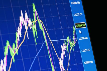 desarrollo económico: Primer plano de un gráfico de mercado de valores en una pantalla LCD de alta resolución