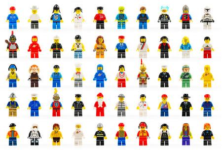 Een groep van vijftig verschillende lego mini figuren van het verleden en heden op witte achtergrond LEGO zijn beroemd constructiespeelgoed vervaardigd door de Lego Group, een onderneming gevestigd in Billund, Denemarken Diverse lego mini cijfers geà ¯ soleerd op wit Redactioneel