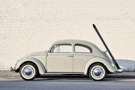 carro antiguo: Muenster, Alemania - 03 de marzo 2011: Early Volkswagen Escarabajo de 60, o de manera informal el Volkswagen escarabajo, con portaesquís original, estacionado en una calle. El Volkswagen Beetle fabricado y comercializado por el fabricante alemán Volkswagen (VW) desde 1938 hasta 2003. Editorial