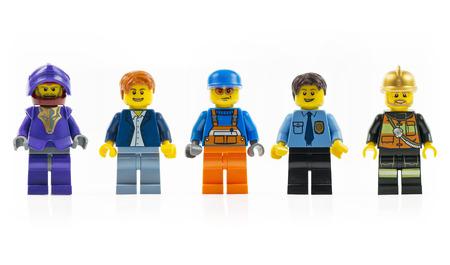 Münster, Duitsland - 8 maart 2015: Een groep van vijf verschillende lego mini tekens geïsoleerd op wit. Lego is een populaire lijn van constructiespeelgoed vervaardigd door de LEGO Groep.