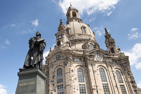 Estatua de Martin Luther delante de la Frauenkirche en Dresden, Alemania Foto de archivo - 46143509