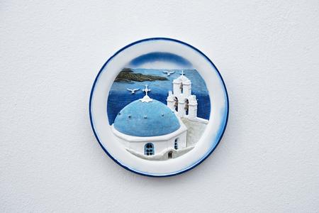 ceramica: Vista de una placa de cerámica de color muestra una escena clásica griega colgado en la pared de una calle, Santorini, Grecia Foto de archivo