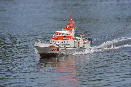ブレーメン, ドイツ - 2017 年 5 月 25 日: DGzRS SAR 救命艇ベルンハルト ティーフェンバッハ青い水の中。DGzRS はドイツの領海の捜索救難を担当です。 報道画像