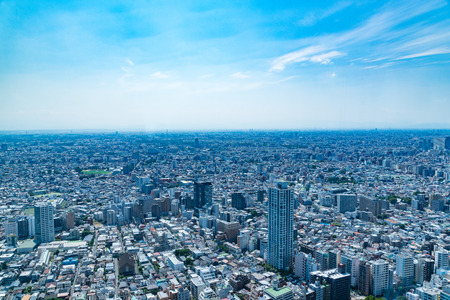 TOKYO, JAPAN-JUNE 18, 2016: Aerial view of the Japanese capital city seen from the Metropolitan Government Building (Tokyo City Hall) 新聞圖片