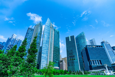 ダウンタウンと空のビジネス高層ビル