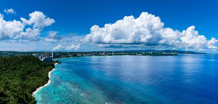 Twee geliefden wijzen naar Guam Stockfoto