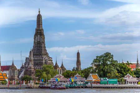 praya: View on Wat Arun temple from the river Chao Praya. Bangkok, Thailand. Stock Photo