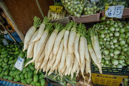dikon: Daikon en el mercado para la venta en Tailandia