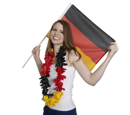 soccer wm: Mujer atractiva que muestra la bandera alemana y sonr�e delante de fondo blanco