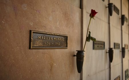 crypt: LOS ANGELES - MARCH 2: Marilyn Monroes Crypt with a fresh red rose at Westwood Memorial Park on March 2, 2012. 2012 is the 50th anniversary of Monroes death on 5th of August 1962.
