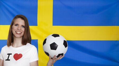 bandera suecia: Bandera de Suecia con un aficionado al f�tbol femenino Foto de archivo