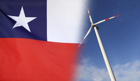 Concepto de energía limpia con la bandera de Chile se fusionó con la turbina de viento en un cielo soleado azul