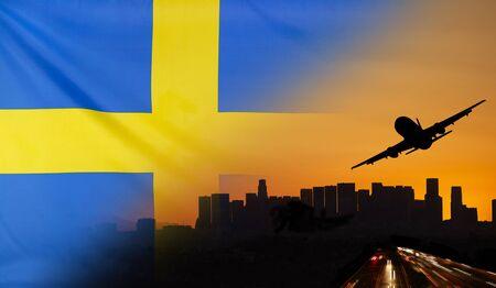 bandera de suecia: Los viajes y el transporte concepto con la silueta del horizonte, tráfico de la carretera y el avión al atardecer se fusionó con la bandera de la tela real de Suecia Foto de archivo