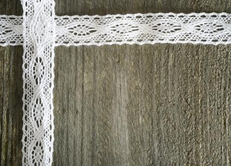 Cordón blanco en el fondo gris de madera, rústico Foto de archivo