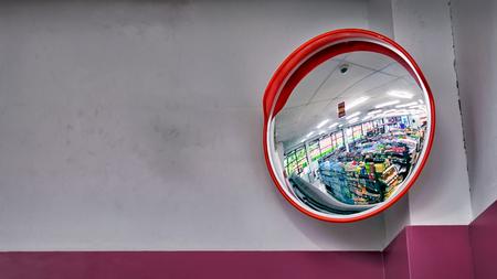 便利な店で、コーナーの上に円形のセキュリティ ミラー