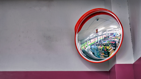 Runder Sicherheitsspiegel auf The Corner in einem praktischen Laden