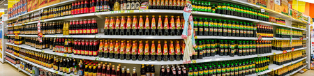 BANGKOK, THAILAND - 30 juli: BigC Extra Petchkasem biedt op 30 juli 2017 in Bangkok volledige schappen aan met nieuwe zending Aziatische sauzen.